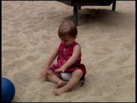 vídeos y material grabado en eventos de stock de bebé/niño juega con arena - una sola niña bebé