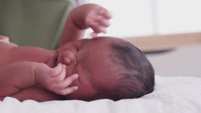 vídeos y material grabado en eventos de stock de bebé incómodo de cerca tiro con espacio de copia - 0 1 mes