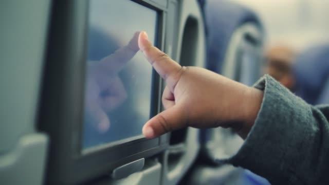 vidéos et rushes de technologie du bébé utilisation en avion. - allumer