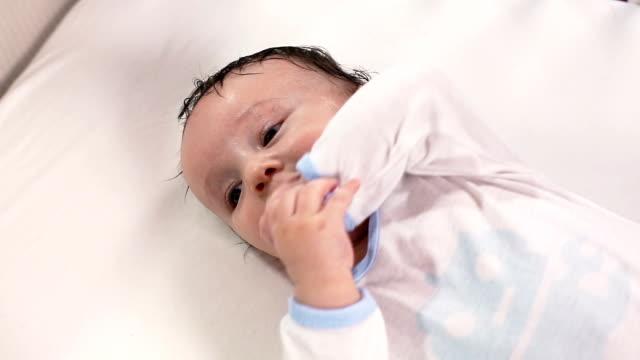 baby - ein männliches baby allein stock-videos und b-roll-filmmaterial