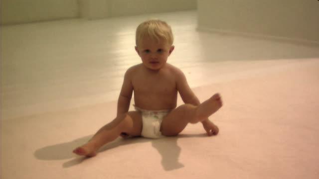 vídeos de stock, filmes e b-roll de baby - só um bebê menino