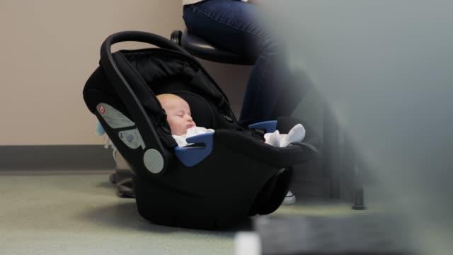 Baby warten auf den Arzt zu sehen