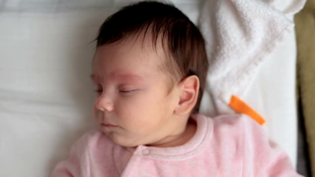 Baby aufwachen aus einem bösen Traum