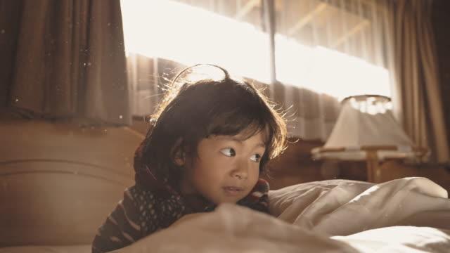 vidéos et rushes de chéri se réveillant le matin - bébés garçons