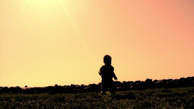 stockvideo's en b-roll-footage met baby walk silhouette  v.2 (hd) - alleen één jongensbaby