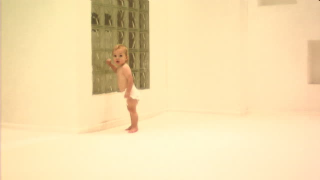 vídeos de stock, filmes e b-roll de baby walking - só um bebê menino