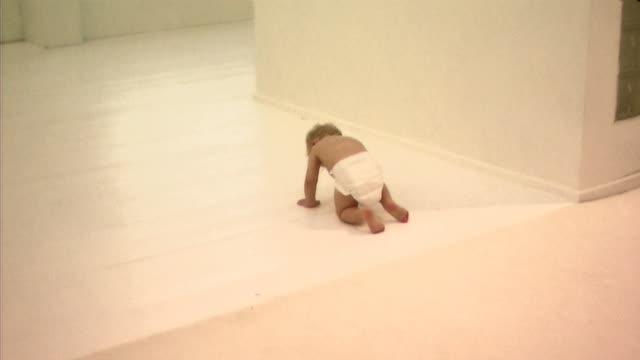 baby walking - 男の赤ちゃん一人点の映像素材/bロール