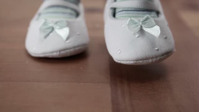 baby wearing booties first steps - 赤ちゃんの靴点の映像素材/bロール