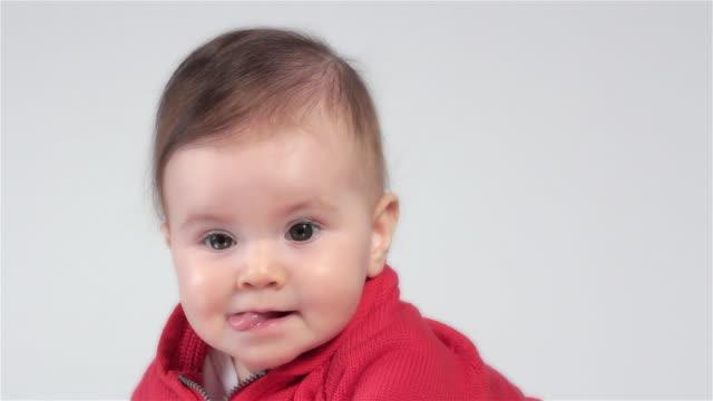 neonato fare l'occhiolino - lingua umana video stock e b–roll