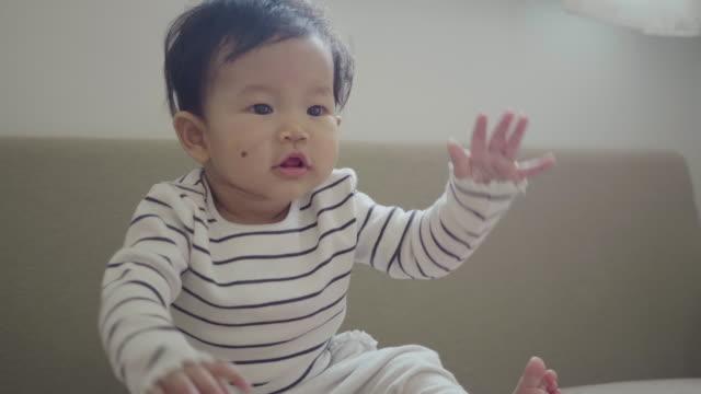 baby mit einem großen lächeln im gesicht - 6 11 months stock-videos und b-roll-filmmaterial