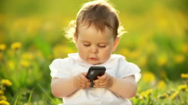hd スローモーション:ベビー、携帯電話 - 赤ちゃんのみ点の映像素材/bロール