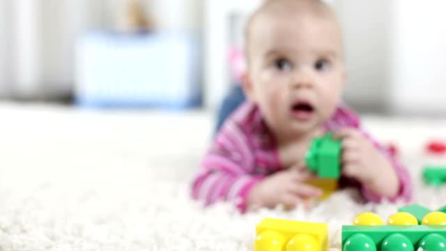 vidéos et rushes de hd: bébé avec des blocs - fondu d'ouverture