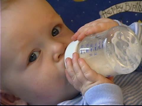 baby with bottle - endast en pojkbaby bildbanksvideor och videomaterial från bakom kulisserna