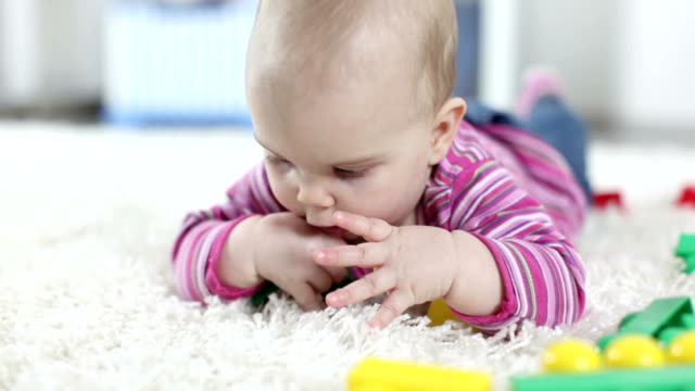 hd: baby mit bunten häuserblocks - 6 11 monate stock-videos und b-roll-filmmaterial