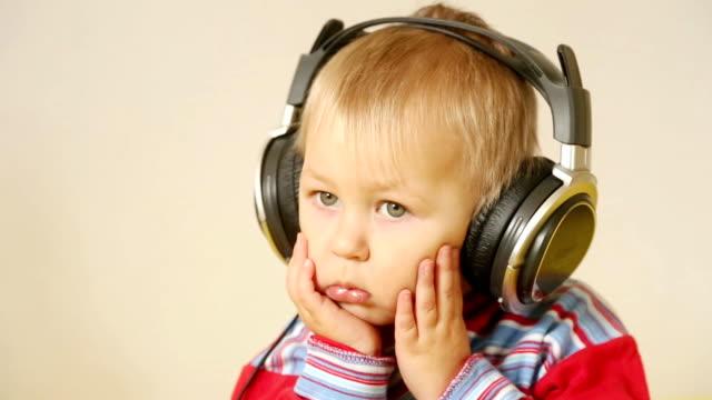 baby with headphones - endast en pojkbaby bildbanksvideor och videomaterial från bakom kulisserna
