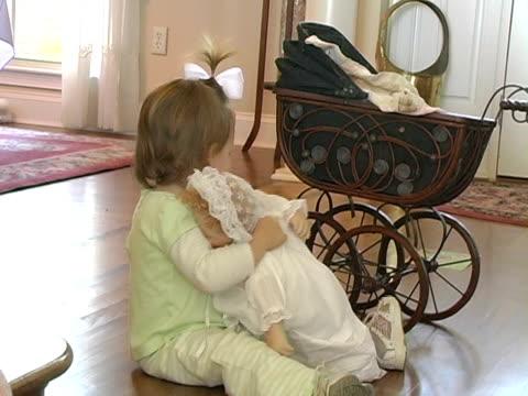 babydoll-und kleinkinder - haarschmuck stock-videos und b-roll-filmmaterial