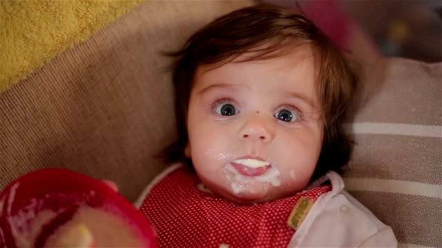 vídeos de stock e filmes b-roll de bebé primeira papa de aveia - cereais