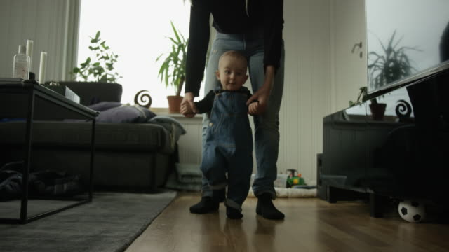 vídeos de stock e filmes b-roll de baby's first steps - começo