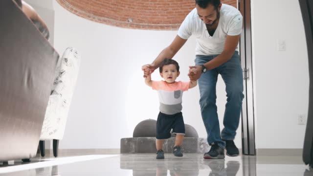 赤ちゃんの最初のステップ - baby boys点の映像素材/bロール