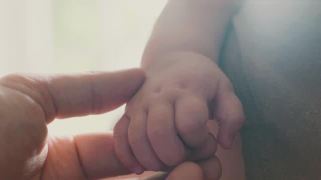baby's hands - ein männliches baby allein stock-videos und b-roll-filmmaterial
