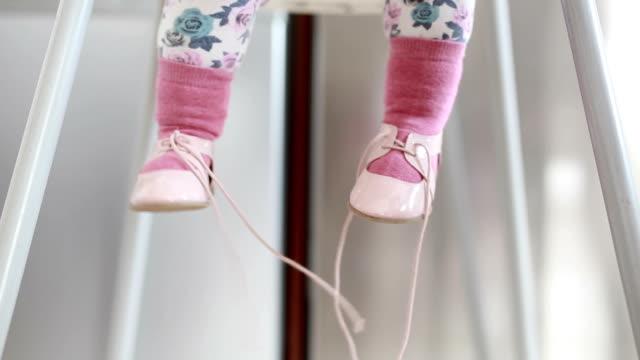 赤ちゃんのレッグライン - 赤ちゃんの靴点の映像素材/bロール
