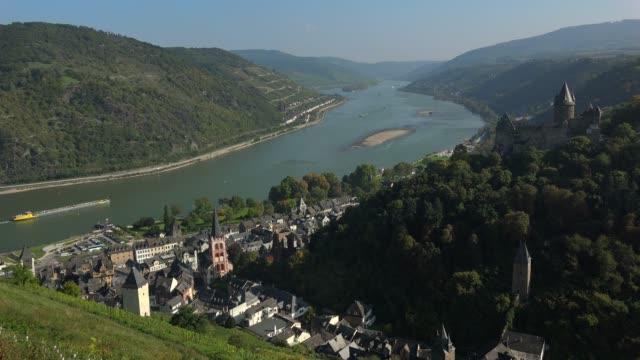 bacharach and stahleck castle, rhine river, rhineland-palatinate, germany, europe - etwa 12. jahrhundert stock-videos und b-roll-filmmaterial