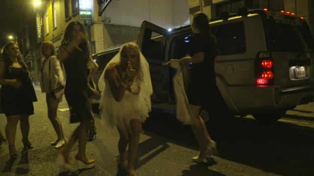 vídeos y material grabado en eventos de stock de despedida de soltera en las calles de dublín - despedida de soltera