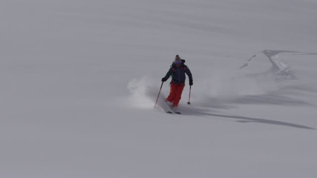 backcountry skifahrer absteigend berg, tiefschnee - skijacke stock-videos und b-roll-filmmaterial