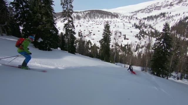 vídeos de stock, filmes e b-roll de país volta esquiar montanha abaixo - roupa de esqui