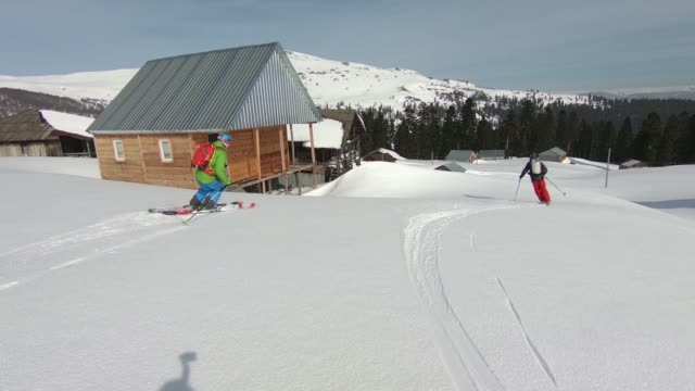 vídeos y material grabado en eventos de stock de posterior esquí de montaña - chaqueta de esquiar