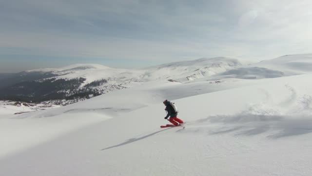 backcountry ski berg hinunter - skijacke stock-videos und b-roll-filmmaterial