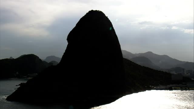 vídeos y material grabado en eventos de stock de contraluz río y a la montaña pan delaware azúcar-vista aérea-rio delaware janeiro, niterói, brasil - back lit
