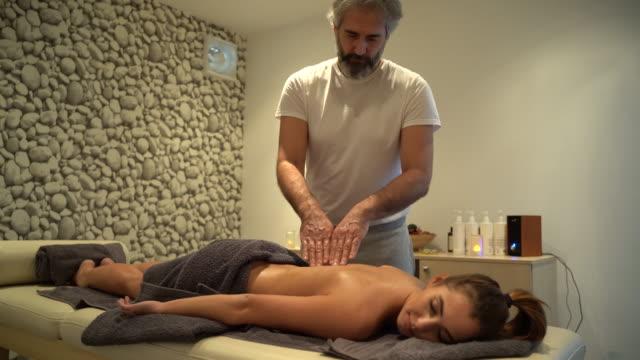 rückenmassage im spa - massagetisch stock-videos und b-roll-filmmaterial