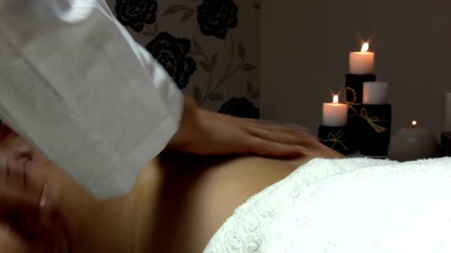 vídeos y material grabado en eventos de stock de masaje de espalda - cuello humano