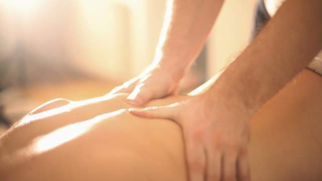 stockvideo's en b-roll-footage met rug massage. - in een handdoek gewikkeld