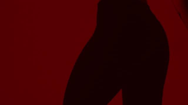 vídeos de stock e filmes b-roll de back of sexy sensual woman dancing in the dark. - cultura hip hop