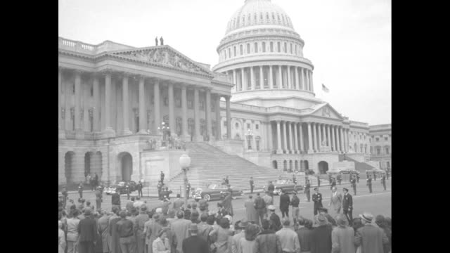 vídeos de stock, filmes e b-roll de cu back of soldier in honor guard at us capitol building as car with general douglas macarthur arrives / overhead floor with joint session of... - general macarthur