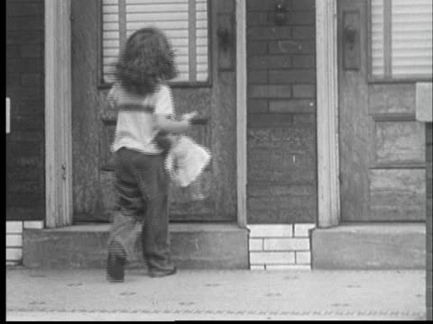"""1959 film montage ws back of young girl about holding doll walking up to door/ cu turning door knob, finding door locked, and knocking on door/ st. louis"" - 1950 1959 個影片檔及 b 捲影像"