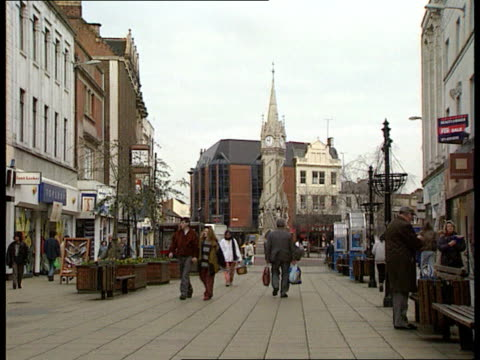 stockvideo's en b-roll-footage met national back pain week; ext leicester gv people along in shopping centre gv square with fountain as people along itn c23039201 - shopping centre