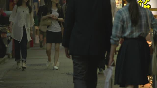 back road in shinjuku,tokyo,japan. - 居酒屋点の映像素材/bロール
