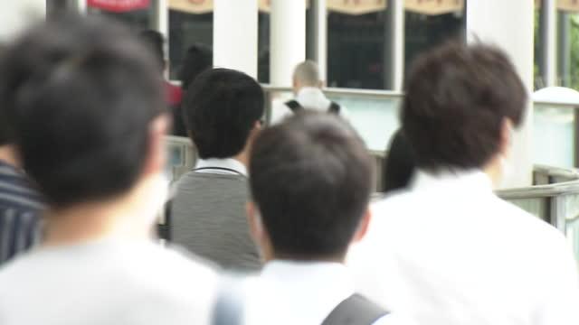 vídeos de stock, filmes e b-roll de back shot, crowd of busy commuters, tokyo, japan - estado de emergência