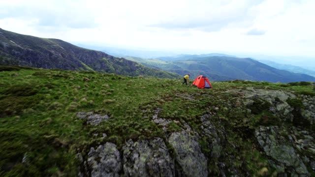 vidéos et rushes de retour à la nature. vue aérienne du voyageur de femme solo. etre haut et regardant vers le bas. - paysage extrême