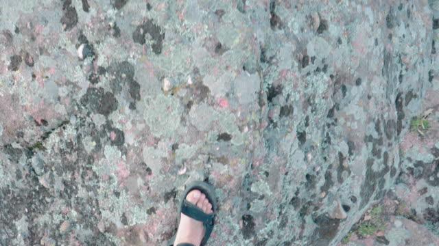 zurück zur natur. pov. alleinreisende vor einem wunderschönen panoramablick von hoch oben über eine wunderschöne rote felsformation. vlogging in der natur. genuss im freien an einem sonnigen tag. reiseziele. - wahrzeichen stock-videos und b-roll-filmmaterial