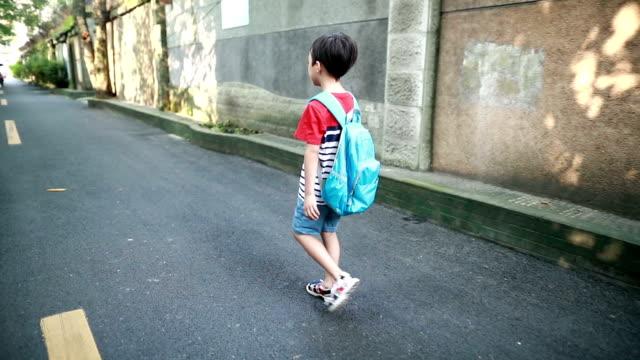 vídeos de stock e filmes b-roll de back to school - mochila saco