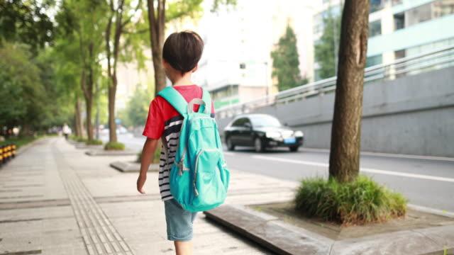 zurück to school - schulkind nur jungen stock-videos und b-roll-filmmaterial