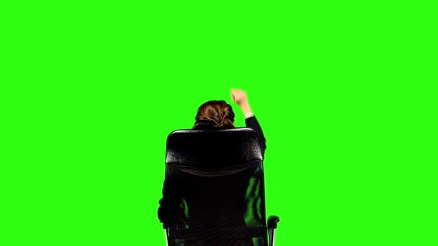 rückansicht der geschäftsfrau hand, die touchscreen-gesten - keyable stock-videos und b-roll-filmmaterial