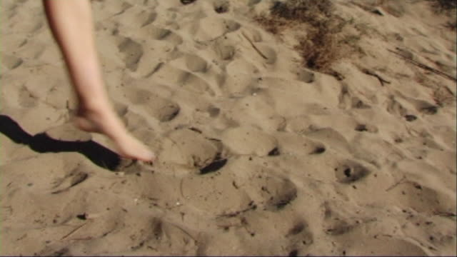 vidéos et rushes de back view of woman in red dress running on beach - robe rouge
