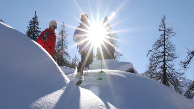 backcountry-ski-paar abstieg tiefschnee - wintersport stock-videos und b-roll-filmmaterial