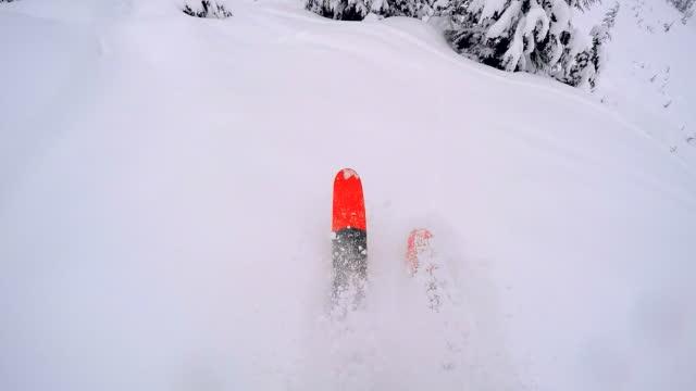 vídeos y material grabado en eventos de stock de esquiador de montaña desciende de una cresta de nieve en las montañas - nieve en polvo
