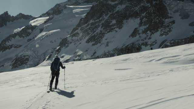 vídeos de stock e filmes b-roll de backcountry skier in french alps - casaco de esqui